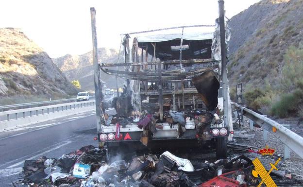 Un autocar românesc a ars în Spania. 66 de kg de hasis și marihuana printre bagajele arse (Foto)