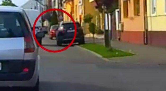 Surprinsă cum arunca mizerii din mașina ! Strada nu e groapa de gunoi ! (Foto)