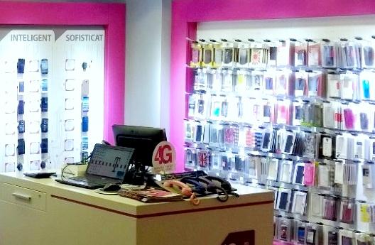 Zeci de telefoane furate dintr-un magazin de pe Careiului. Prejudiciu uriaș