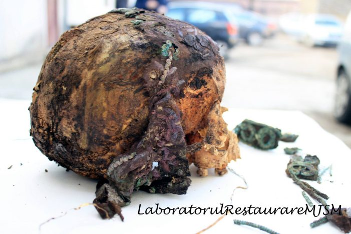 Craniul unei adolescente, descoperit sub o biserica din judet (Foto)