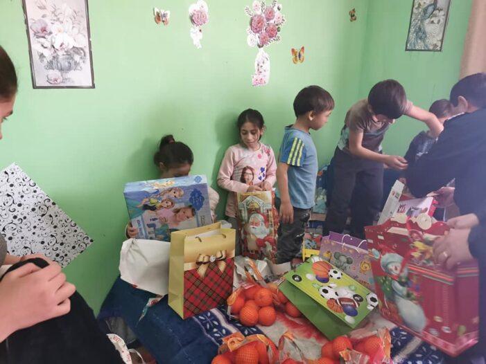 Caravana lui Moș Crăciun vine la copii și persoanele nevoiase