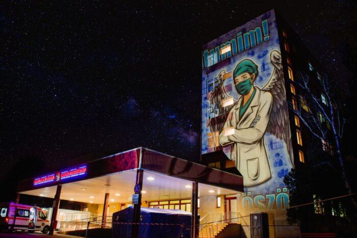 Spitalele din Satu Mare, iluminate cu proiectii speciale (Foto)