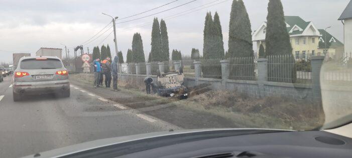 Accident in Ciuperceni. O masina s-a rasturnat in sant (Foto)