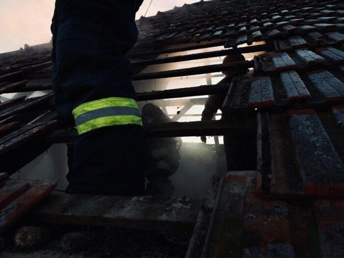 Incendiu la acoperisul unei case (Foto)