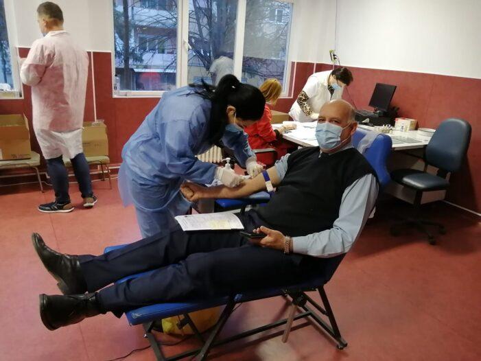 Jandarmii doneaza sange pentru a ajuta copiii din Saratura (Foto)