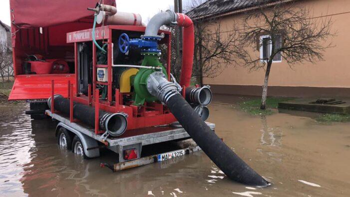 Curte inundată pe o strada din Satu Mare. Au intervenit pompierii (Foto)