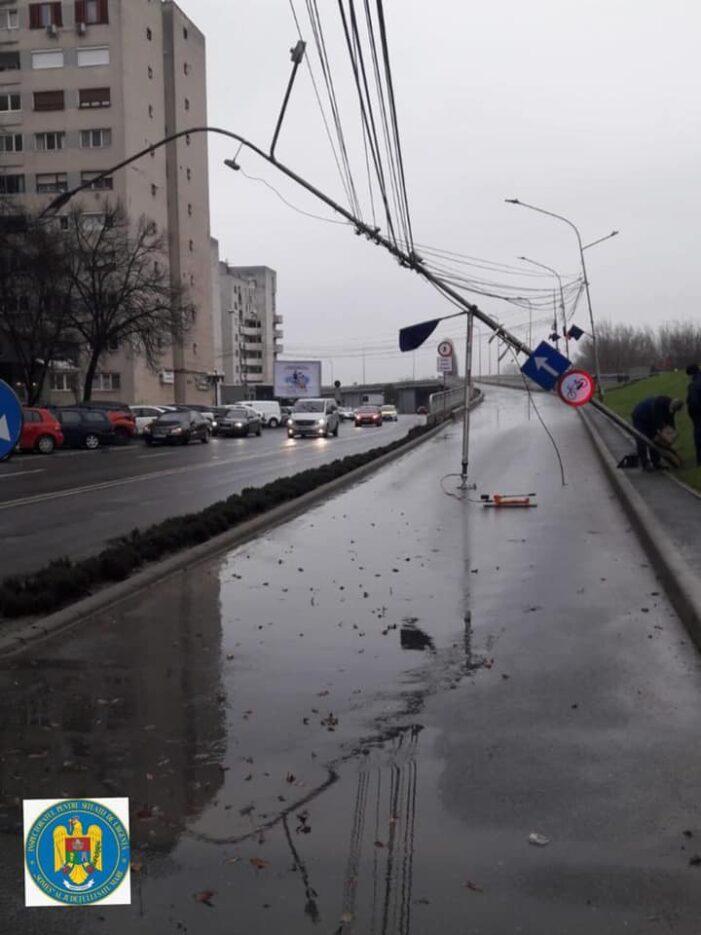Stalp prăbușit la urcarea pe Podul Decebal (Foto)