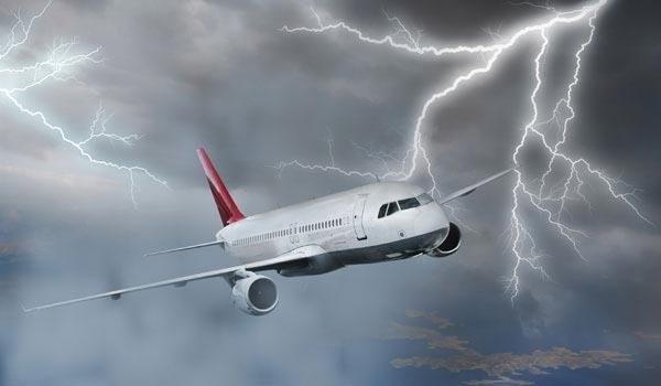 Un avion cu zeci de romani la bord, lovit de fulger