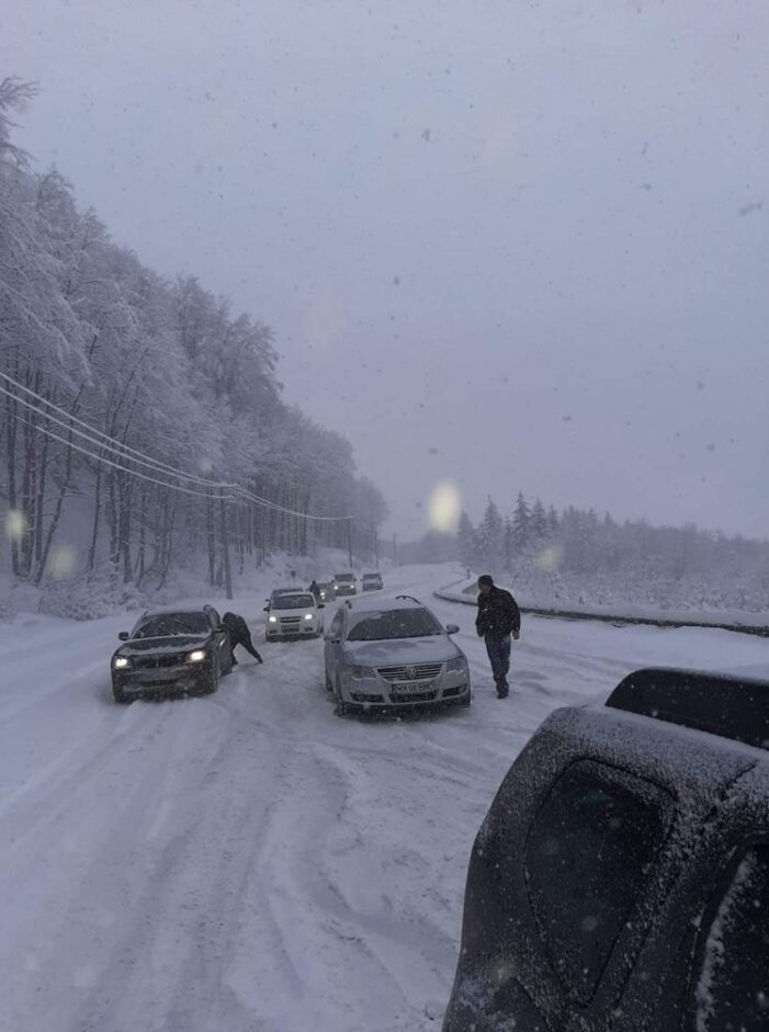 Iarna ne ia prin surprindere ! Pasul Gutai, blocat ! (Foto)