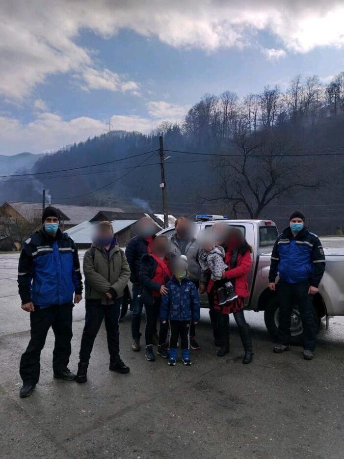 Opt satmareni blocati la o pensiune la munte. Jandarmii au intervenit (Foto)