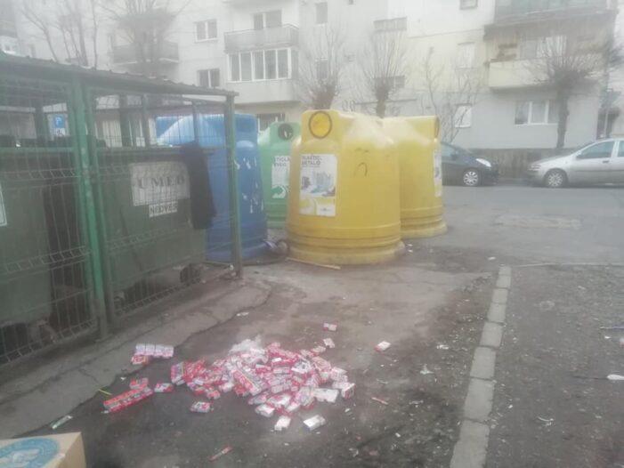 Zeci de pachete de țigări, aruncate la gunoi (Foto)