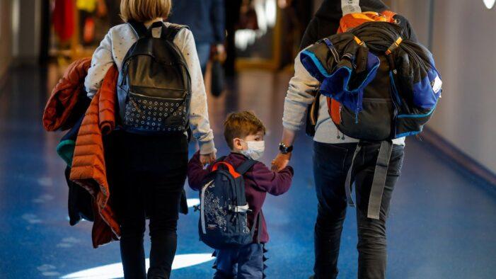 Copiii vor intra în carantină 10 zile dacă merg, cu părinții vaccinați, în țări cu incidență mare de Covid-19