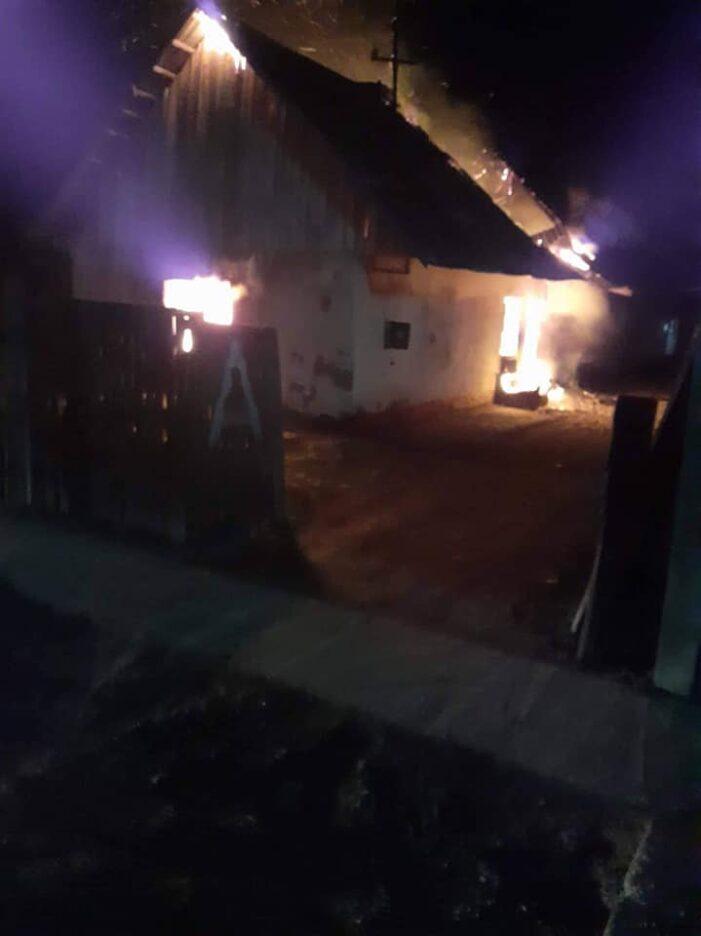 Casa distrusa de foc. O mama cu 6 copii au ramas pe drumuri (Foto)