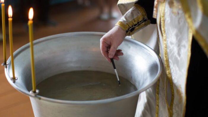 Preotul e urmărit penal după ce bebelușul a murit la botez