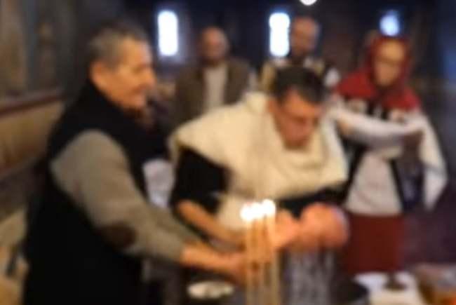 Primele imagini de la botezul bebelușului din Suceava. Copilul a fost afundat greșit în cristelniță (Video)