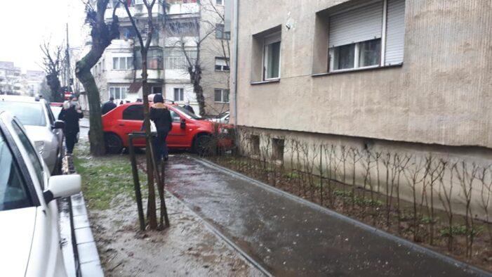S-a izbit cu mașina de un bloc (Foto)