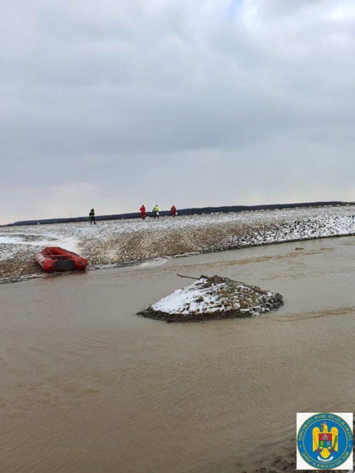 """Batran blocat pe o """"insula"""", salvat de pompierii satmareni (Foto)"""