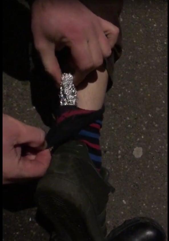 A ascuns plicul cu marijuana in ciorap (Foto)