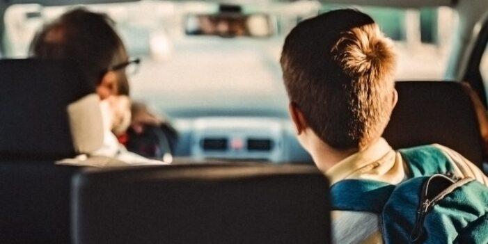 Părinții care opresc mașina în fața școlilor pentru a-și lua copiii riscă amenzi