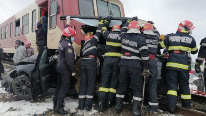Doi tineri striviti de tren. Mașina în care se aflau, tarata 150 de metri pe sine (Video)