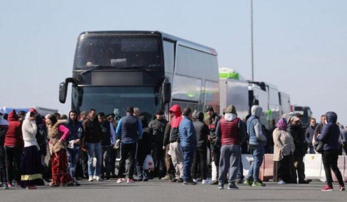 """Şoferul unui autobuz plin cu români: """"Pregătiţi câte 20 de euro fiecare"""""""