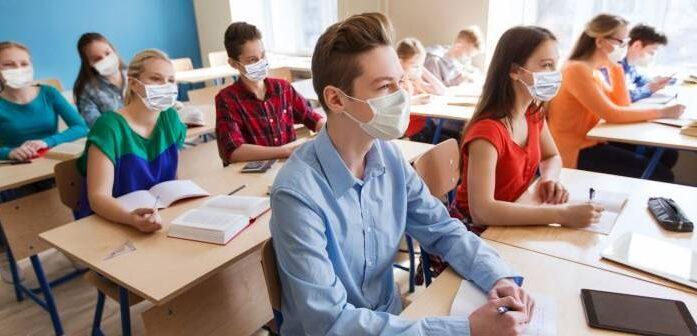 Elevii din clasele a VIII-a și a XII-a vor merge fizic la școală și în scenariul roșu