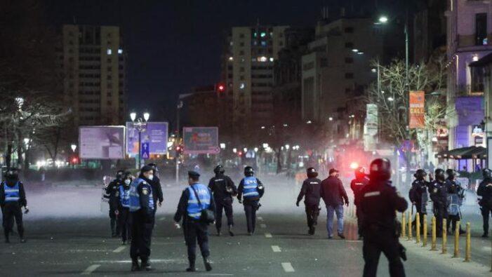 Violențe de stradă și gaze lacrimogene. Jandarm rănit cu pietre