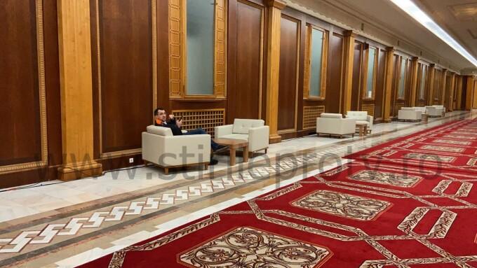 Ministrul sănătății Vlad Voiculescu surprins relaxat și fără mască pe holurile Parlamentului