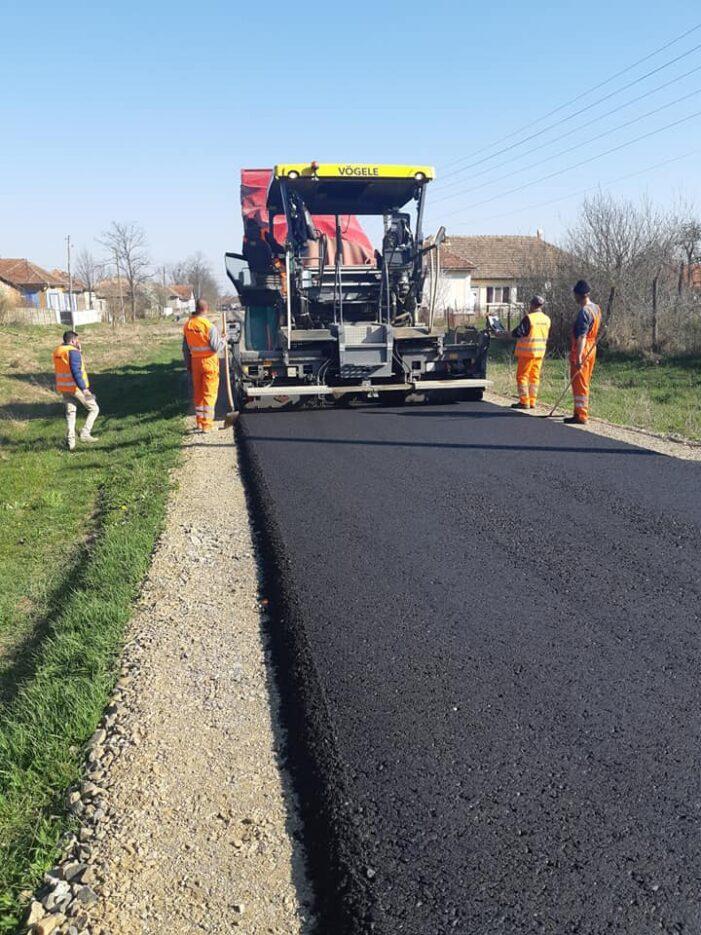Se asterne asfaltul in satul Sai. Ce lungime are tronsonul luat in lucru (Foto)