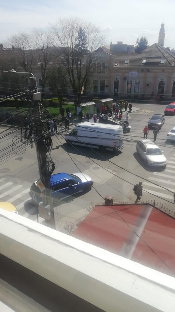 Accident grav langa Spitalul Vechi. O masina s-a rasturnat ! (Foto)