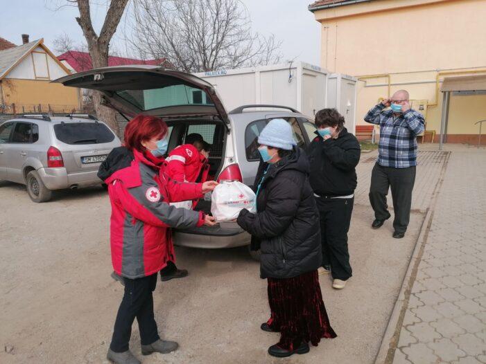 Voluntarii de la Crucea Rosie au impartit pachete in tot judetul