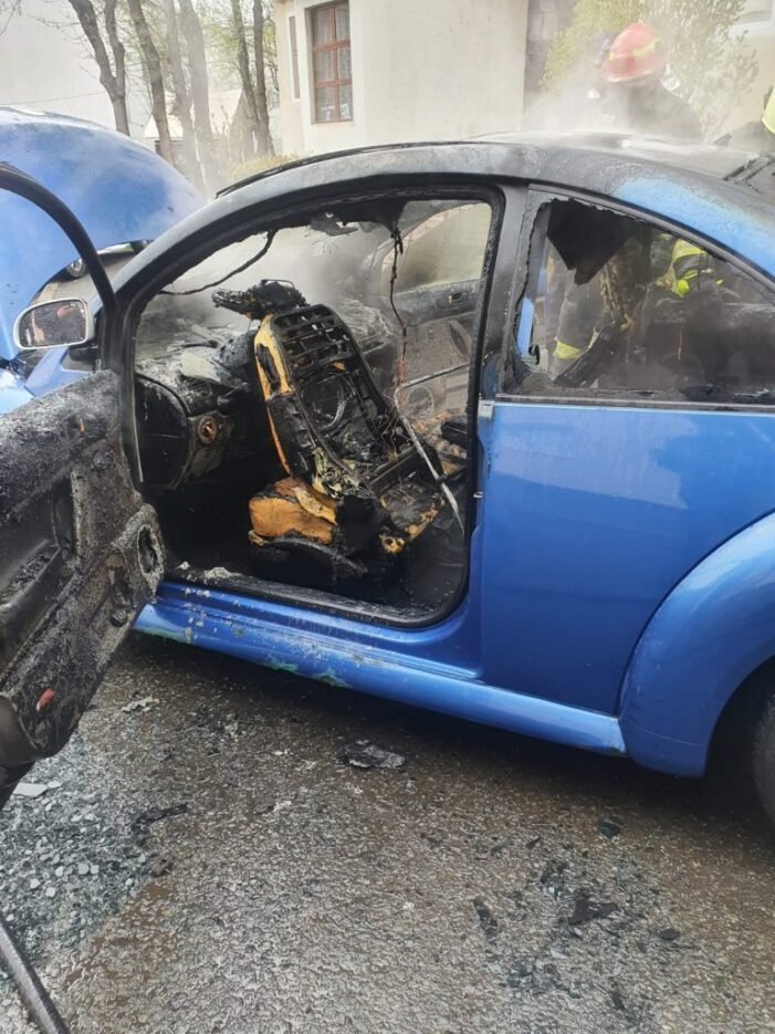 Masina distrusa de flacari, intr-un cartier din Satu Mare (Foto)