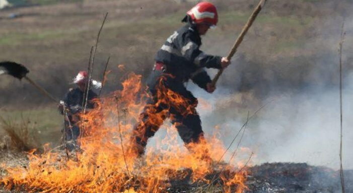 Incendiu de vegetatie uscata intre Hrip si Ruseni