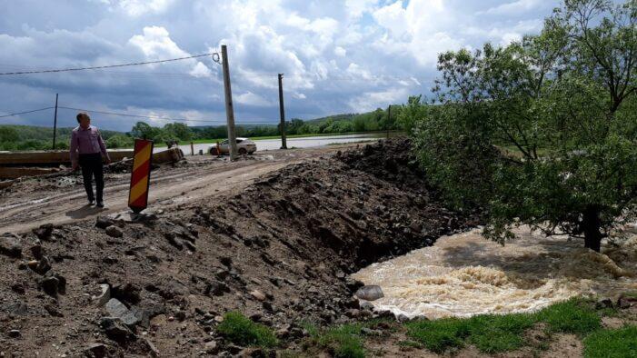 Apele au blocat circulatia la iesirea din Socond. Drum inghitit de ape (Foto)