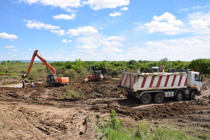Se lucreaza la refacerea digului de pe Valea Maria (Foto)