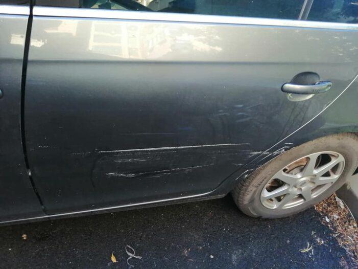 Și-a găsit mașina lovita în parcare (Foto)