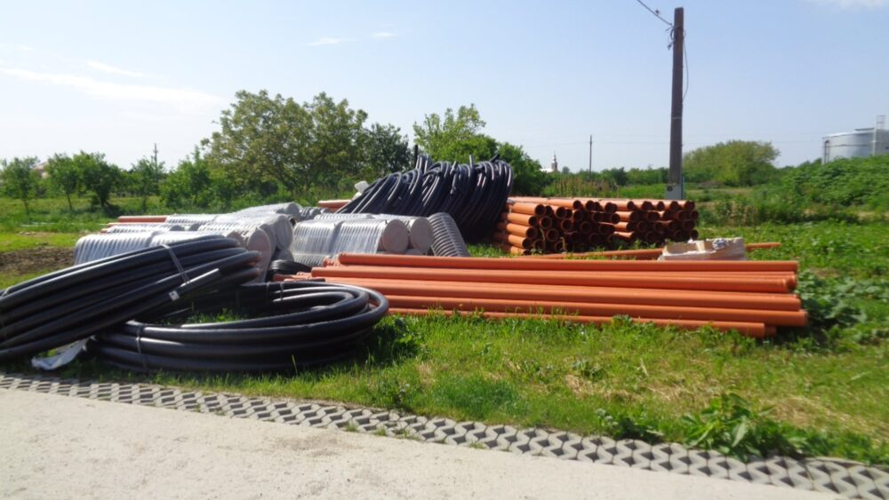 Materiale în curtea Primăriei pentru rețele de apă și canalizare