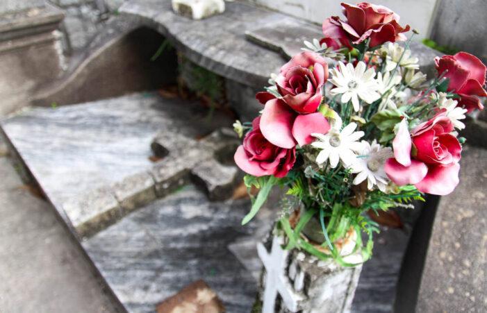 Florile artificiale vor fi interzise în cimitir