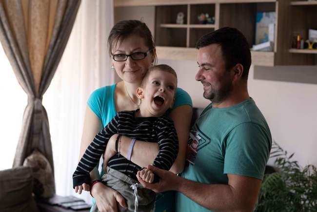 Mark sufera de o boala extrem de rara. Are nevoie de ajutor (Video)