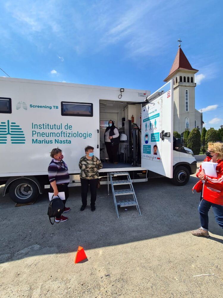 Caravana medicala pentru depistarea tuberculozei, prezenta in judet (Foto)