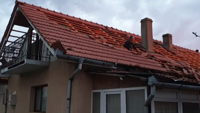 Furtuna a făcut ravagii. Tigle smulse de pe case ! (Foto)