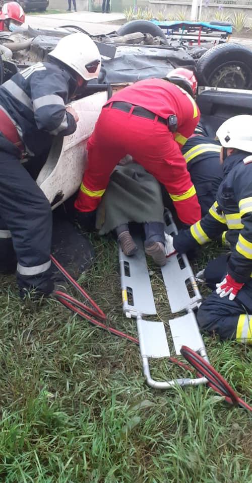 Accident cu doua persoane incarcerate la Berveni (Foto)