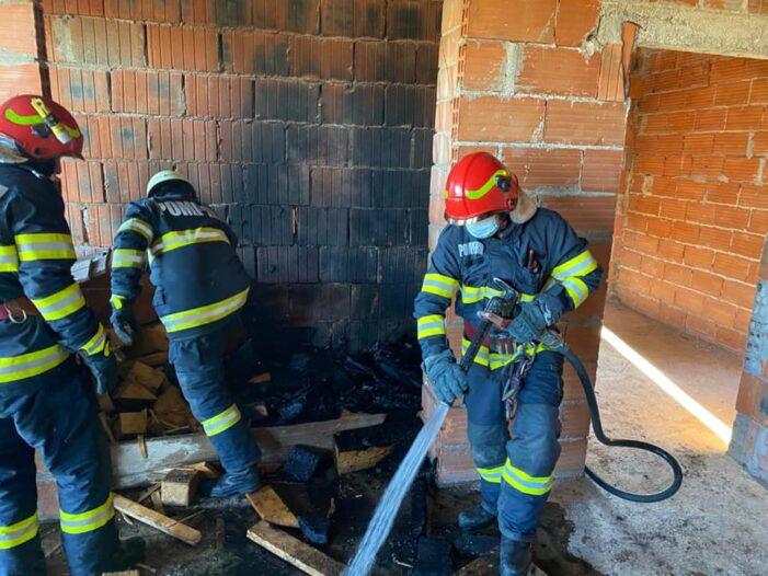 Incendiu la o casă în construcție (Foto)