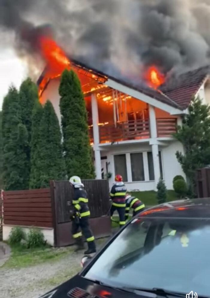 Incendiu puternic. Casa devastata de foc (Foto)