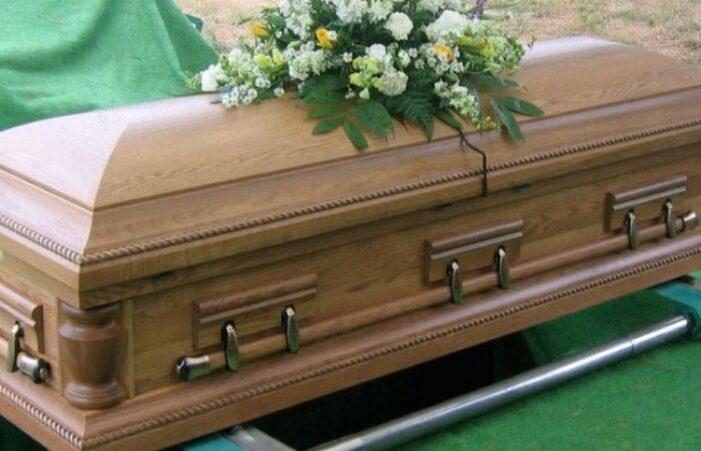 Scandal la înmormântare. S-au luat la bătaie !