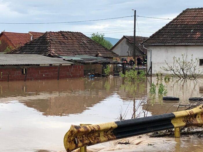 Inundatii mari ! Peste 100 de oameni evacuati ! Sute de animale disparute !
