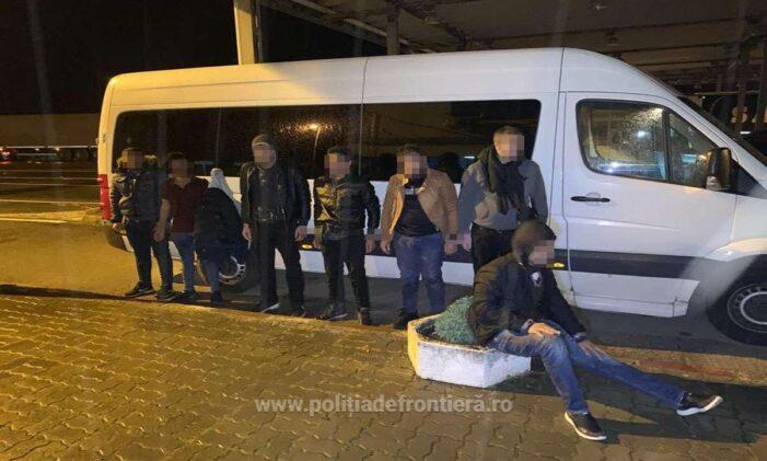 Șapte migranti și trei calauze prinse la Petea (Foto)