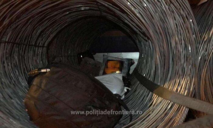 7 migranti ascunsi printre balotii de sarma (Foto)