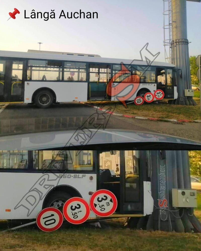 Autobuz parcat in stalp (Foto)