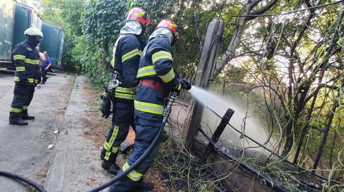 TIR-uri in pericol ! Vegetatia uscata din vecinatate a luat foc ! (Foto)